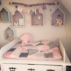 """Kompletter Wickeltisch """"Mathilda"""" besteht aus Kuschldecke - Patchwork, Wickelauflage sowie Namenskette & Schwein Lotta #wicktisch #baby #babygirl #patchwork #rosa #grau #wickelauflage #namenskette #wimpelkette #buchstaben #laloeff #nähen #DIY #impressionen #kinderzimmer #deko #dekoration"""