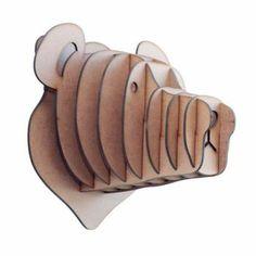 Cabeça de Urso fabricada em MDF e corte laser. Enviamos desmontadas, mas não se preocupe, as peças vão todas numeradas e a montagem é muito simples.