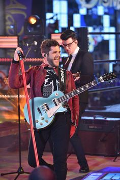 Thomas Rhett Photos Photos - Musician Thomas Rhett performs onstage during New Year's Eve 2017 in Times Square at Times Square on December 31, 2016 in New York City. - New Year's Eve 2017 In Times Square