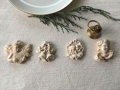 Andělský+setík+větší+Je+trochu+kýčovitý+ale+k+Vánocům+kýč+patří.+Andělské+motivy+pálené+z+hlíny,+barvené+akrylovou+barvou+a+zlacené+restaurátorským+zlatým+voskem.+Jsou+vytláčené+z+formy.+Reliéf+s+andělskými+hlavičkami+a+zvonky+mají+dirku+na+pověšení.+Jinak+lze+jen+tak+položit+na+stůl,+použít+na+vánoční+aranže+nebo+přilepit+nan+květináč+či+věnec.+K...