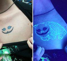 Les tatouages sont une pratique ancestrale. Mais depuis quelques années, un nouveau type de ces peintures sur peau a vu le jour. Fluorescents, ils ne sont visibles qu'à l'exposition aux ultraviolets ou à la lumière noire. SooCurious vous présente ces...