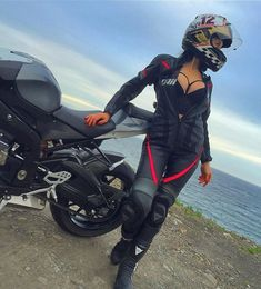 Hot women in motorcycle leathers. Now accepting submissions! Kik: blackrubbersnake