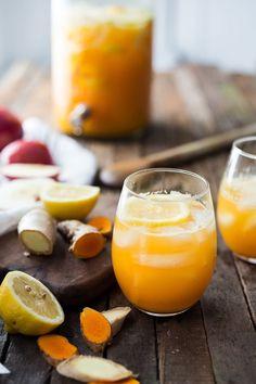 Turmeric Gingerade - A refreshing sugar free lemonade that sooths, heals and… Yummy Drinks, Healthy Drinks, Healthy Eating, Detox Drinks, Stay Healthy, Healthy Life, Healthy Food, Juice Smoothie, Smoothies