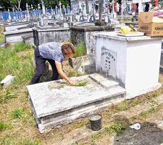 Chinese community in Panama marks grave cleaning day on April 4 in El Chorrillo in Panama. Photo by Kermit Nourse.