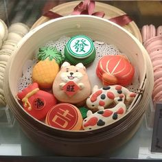 Chinese New Year themed macarons in a dim sum steamer. Or, how to convince your traditional Chinese elders to finally buy macarons. Chinese New Year Desserts, Chinese New Year Cookies, Chinese Food, Chinese Holidays, Macarons, Cookie Recipes, Dessert Recipes, Cute Desserts, Almond Cookies