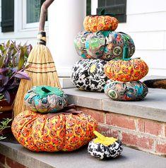 DIY No-Sew Pumpkin Plushies for Halloween Diy Halloween Bunting, Halloween Diy, Halloween Decorations, Pumpkin Crafts, Fall Crafts, Holiday Crafts, Harvest Crafts, Halloween Prints, Vintage Halloween