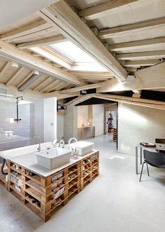 【パレットリサイクル】天窓の真下のシンク&バスタブ | 住宅デザイン