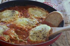 Le uova cunzati alla siciliana sono un secondo semplice,veloce e soprattutto molto goloso che piace tanto anche ai bambini! Venite a scoprire la ricetta! Sicilian Recipes, Egg Dish, Breakfast Items, Lunch Snacks, Antipasto, Street Food, Side Dishes, Food Porn, Good Food
