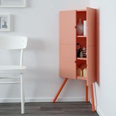 Une petite armoire d'angle pour ne pas perdre un centimètre à se procurer chez IKEA. On la place idéalement dans le salon ou la salle à manger pour ranger un peu de vaisselle ou quelques bibelots.
