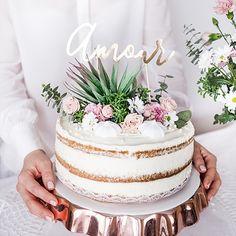 """Ce cake topper """"amour"""" est en papier doré, il trouvera sa place au-dessus de votre gâteau de mariage !  Il forme le joli mot AMOUR en typographie manuscrite.  Hyper tendance, il sera parfait pour une décoration de mariage bohème et originale. Cake topper love"""