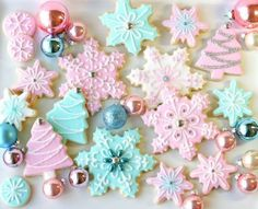 Pretty Christmas Party With Pastel Cookies And Cupcakes Cute Christmas Cookies, Noel Christmas, Pink Christmas, Christmas Goodies, Holiday Cookies, Christmas Desserts, Holiday Treats, Christmas Treats, Christmas Baking