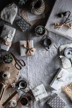 Japanese inspired natural gift wrapping for your upcoming holidays. A sustainable and unique way to wrap presents for gifting. Christmas Mood, Noel Christmas, All Things Christmas, Christmas Crafts, Hygge Christmas, Creative Gift Wrapping, Creative Gifts, Wrapping Ideas, Christmas Gift Wrapping