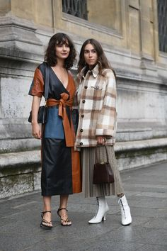 Paris's Best Fashion Week Street Style From Spring/Summer 2020 Is A Lesson In Transition Weather Dressing - Paris's Best Fashion Week Street Style From Spring/Summer 2020 Is A Lesson In Transition Weather - Fashion Week Paris, Winter Fashion, Fashion Weeks, Cooler Stil, Looks Street Style, Lookbook, City Style, Looks Cool, Pleated Skirt
