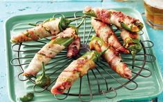 Bacon-wrapped chilli poppers with cheddar cheese Jalapeno Popper Recipes, Bacon Wrapped Jalapeno Poppers, Stuffed Jalapeno Peppers, New Recipes, Snack Recipes, Cooking Recipes, Snacks, Bbq Prawns, Poppers Recipe