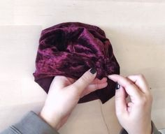 Step by step instructions to make a topknot in less than 15 minutes. Baby Turban Headband, Diy Baby Headbands, Baby Bows, Sewing Headbands, Boutique Bow Tutorial, Hats For Cancer Patients, Little Stitch, Baby Sewing Projects, Topknot Tutorial