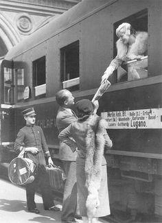 Berlin, Anhalter Bahnhof 1934., auf dem Weg ins sichere Exil in die Schweiz, Fotograf leider unbekannt.