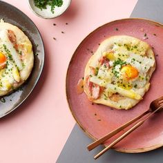 Aspergepizza met ei en ontbijtspek