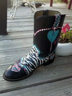 I love wearing cowboy boots in the country, but Justins are so plain. So I started painting designs on them, comfort and cowboy chic !