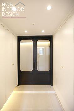 [중동 아파트 리모델링]예쁜 중문으로 꾸민 넓은 40평대 아파트 현관 인테리어+부천 중동 팰리스카운티 (중동대림) - 노브인테리어 Bedroom Door Decorations, Hallway Decorating, Main Door Design, Entrance Design, Space Interiors, Office Interiors, Lobby Interior, Interior Architecture, Black Exterior Doors