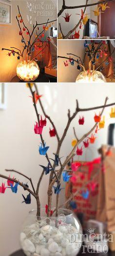 Ramas decoradas con pequeñas grullas de origami • Branches with origami cranes