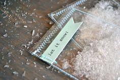 Ce sont mes préféré embellissement dhiver pour le scrapbooking ! Jai cousu des petits paquets de « neige » et le mélange de paillettes en feuilles