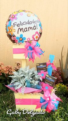 Candy Gift Baskets, Candy Gifts, Baby Baskets, Candy Bouquet, Ideas Para Fiestas, Mother And Father, Gifts For Mum, Chocolates, Fathers Day