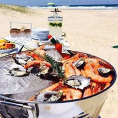 Now THIS is our kind of picnic! Fresh seafood by the beach😋
