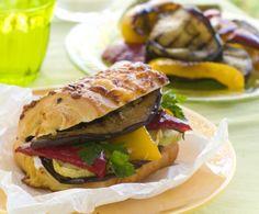 Il panino con mix di verdure rappresenta un ottimo modo per pranzare al sacco durante pause pranzo di lavoro o gite fuori porta, con leggerezza e gusto.