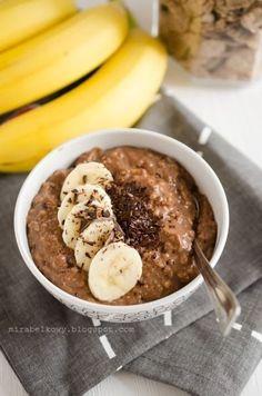 Przepyszna owsianka, a właściwie owsianka-otrąbianka z prawdziwą czekoladą, podkręcona kakao i odrobiną aromatu rumowego, z dodatkiem banana...