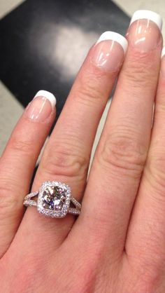 ★★★Beautiful engagement ring!  This is similar to one I tried at Zales