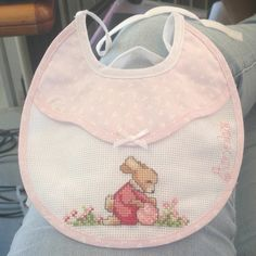 Punto croce Palestinian Embroidery, Bib Pattern, Cross Stitch Baby, Baby Bibs, Crochet, Hand Embroidery, Knitting, Pink, Embroidery Ideas