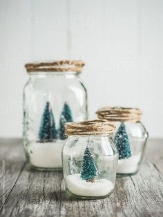 Winter themed glasses with white snow and snow-covered trees, # trees # glasses Best Picture For DIY Christmas backdrop For Your Taste You are looking for something, and it i Flocked Christmas Trees, Christmas Room, Winter Christmas, Christmas Snowflakes, Outdoor Christmas, Diy Snow Globe, Snow Globes, Winter Thema, Navidad Diy