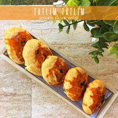 Bodrum için; anne eli değişmiş, mis gibi Poğaça zamanı! 🎈🥠 👉Hem hafif, hem pratik hem de oldukça doyurucu bir poğaça tarifiyle karşınızdayız bugün. 👩🍳 👉Beyaz peynire en çok yakışan ikili dereotu-maydonuzu bol, üzerindeki çörek otunun kattığı lezzetle efsanevi bir Peynirli Poğaça 👌 👉Tarifimize kolayca ulaşabilesiniz diye link bio'da 👆 👉tatlim-tatlim.com 👣 Cornbread, Muffin, Breakfast, Ethnic Recipes, Food, Millet Bread, Morning Coffee, Muffins, Corn Bread