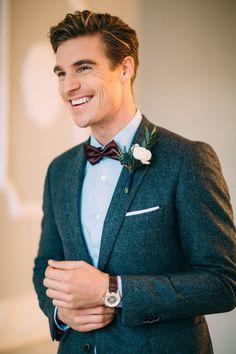 costume homme mariage pour l'hiver avec un blazer de tweed gris associé à une chemise bleu ciel et des accessoires marron