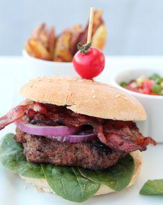 Har du lyst på en skikkelig god burger med godt tilbehør? Ja, da bør du forsøke denne!