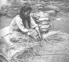 Hawaiian woman weaving lauhala mat Hawaiian Crafts, Hawaiian Art, Hawaiian Woman, Polynesian Art, Aloha Hawaii, Vintage Hawaii, Malu, Hawaiian Islands, Tahiti