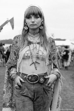 Hippie Fashion Layered necklaces were brought back to life during Woodstock. Accessories were a huge component to women's fashion. Looks like this are often seen today in fashion. Woodstock Festival, Mode Woodstock, Woodstock Fashion, Woodstock Hippies, Woodstock Outfit, 1969 Fashion, Retro Fashion, Boho Fashion, Vintage Fashion
