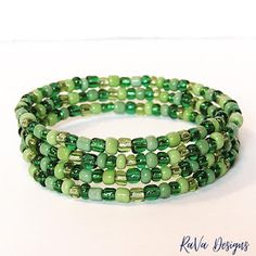 green bead bracelet handmade memory wire jewelry beads pattern ideas Polymer Clay Magnet, Clay Magnets, Memory Wire Jewelry, Wooden Jewelry, Beaded Jewelry Patterns, Beading Patterns, Diy Bracelet Storage, Handmade Bracelets, Beaded Bracelets