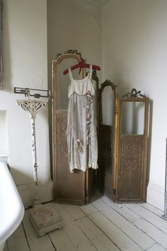 This french vintage folding screen, scale bathroom shabby chic rustic french country decor idea Vintage Room, Shabby Vintage, Vintage Decor, French Vintage, Vintage Space, Rustic French, Vintage Theme, French Country, Dressing Screen