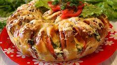 Сытный, ароматный и невероятно вкусный, он съедается за пару минут. Отличный вариант сытного перекуса или семейного ужина: ленивый пирог из батона. По вкусу пирог напоминает омлет с помидорами и нежными гренками.