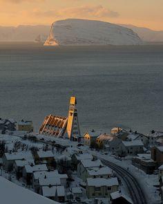 It's a beautiful world. Hammerfest sundown, Finnmark, Norway (by Richard Day). Oslo, Lofoten, Alesund, Stavanger, Places To Travel, Places To Visit, Travel Destinations, Beautiful Norway, Lillehammer
