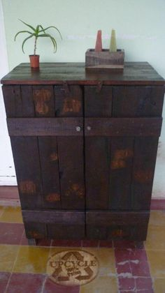 Small rustic cupboard. 100% made of wooden pallet. From Upcycled Wood on Facebook.