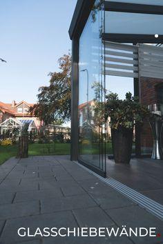 Glassschiebewände sind die optimale Erweiterung Ihrer Terrassenüberdachung im Garten. Die Terrasse per Gartenzimmer ganzjährig nutzen, und der Sommersaison verlängern. #somussdas