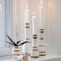 Die zeitlosen Keramik Kerzenleuchter mit goldenen Streifen unterstreichen ein minimalistisches, skandinavisches Ambiente. Vereinzelte Holzelemente sorgen für eine nordische Nuance.