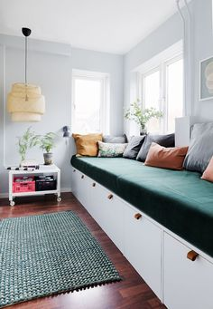 Her er stylistens trick til at indrette små smalle rum optimalt Small Open Plan Kitchens, Open Plan Kitchen Living Room, Diy Sofa, Cool Rooms, Small Rooms, Recycled Furniture, Furniture Decor, Yellow Kids Rooms, Diy Projects Apartment