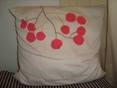 Almofada de algodão crú bordada com fuxico e ponto corrente.