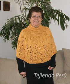 Capa con cuello alto - Tejiendo Perú Poncho Crochet, Knitted Capelet, Knit Shrug, Crochet Mandala, Diy Crochet, Sweater Knitting Patterns, Knit Patterns, Baby Knitting, Embroidery Works