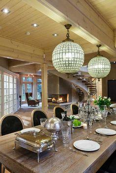 Величие, стиль и пространство — вот главные ассоциации, которые приходят в голову при виде этого потрясающего деревянного дома на Медном озере в Ленинградской области. Великолепное строение из калиброванного бруса, с большими окнами и в окружении соснового леса впечатляет издалека — дом невероятно гармоничен в своих формах. За входной дверью все не менее прекрасно: чудесная гостиная …