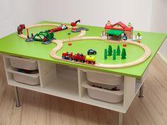 Der fertige Eisenbahn-Spieltisch aus 2 Holzplatten, 2 Trofast-Wandregalen und Capita-Beinen