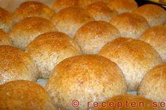 Fiberrika brytbröd - Nyttigt och gott bröd, brytbröd, med mycket fibrer. Detta recept är enkelt och bröden bakas snabbt och läggs tätt på en plåt.